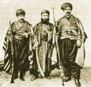 Զեյթունի 1862 թ-ի ապստամբության ղեկավարները. ձախից աջ` իշխան Ղազար Շովրոյանը, տեր Մովսես Խաչուկենցը և իշխան Աստվածատուր Ենիտունյանը