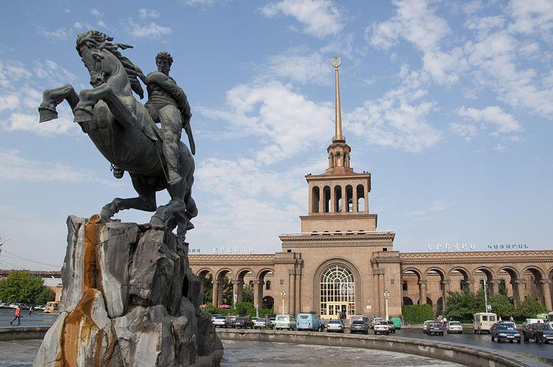Yerevan'ın Tren Garı yakınındaki Sasunlu Davit'in heykeli